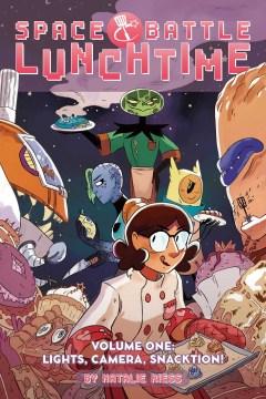 En la portada de la batalla espacial a la hora del almuerzo, una mujer chef con una bandeja de galletas está rodeada de una variedad de alienígenas.